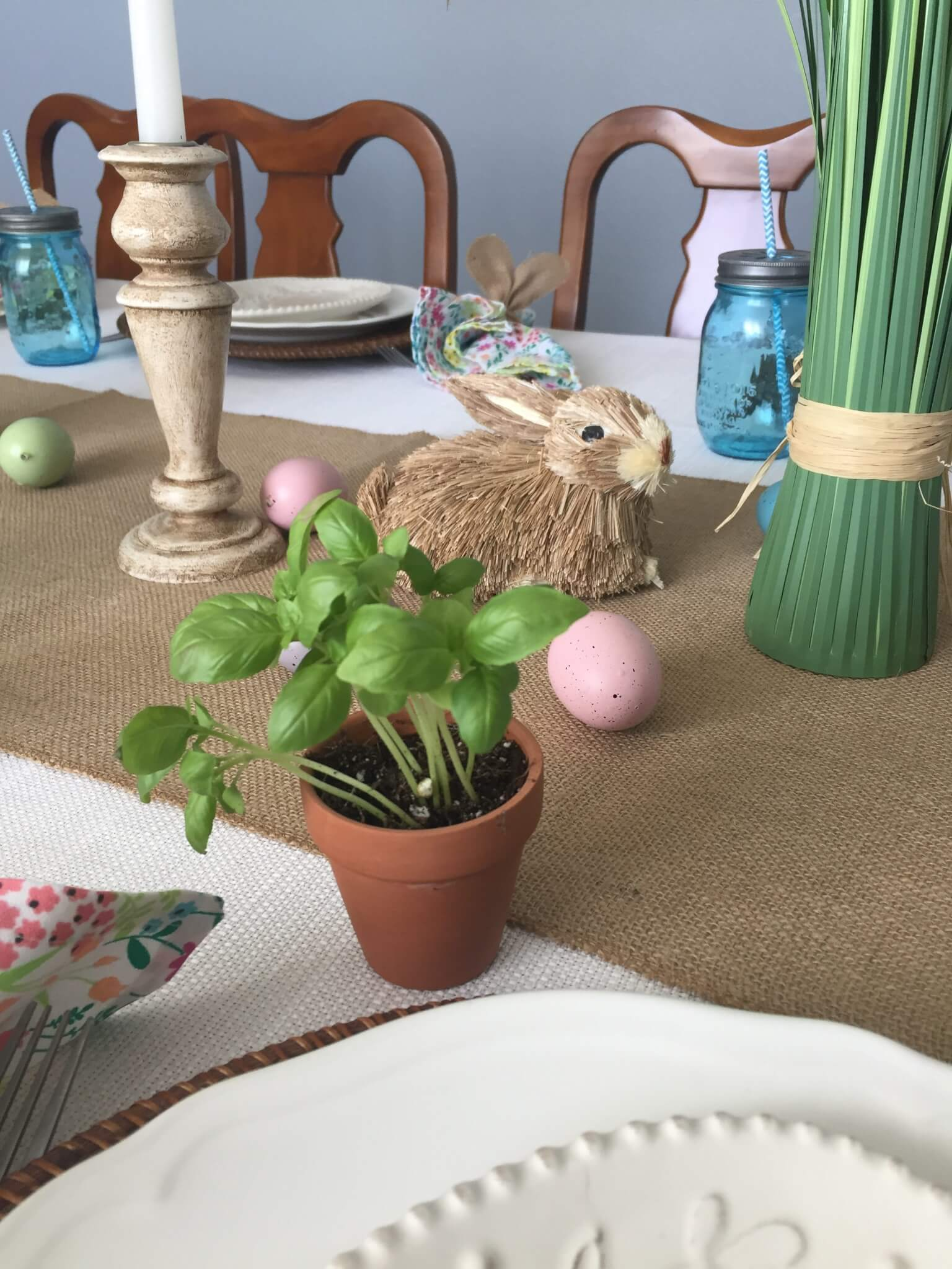 Adorable mini herb favors for your spring or Easter tablescape.