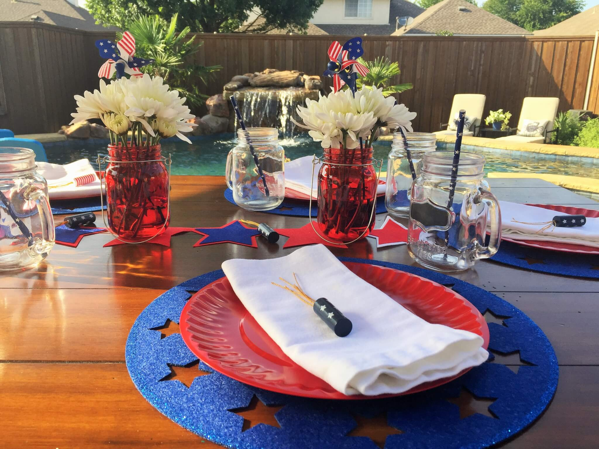 red plate with blue place mat on patriotic tablescpae